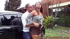 Brasileira seduziu o dotado amigo do corno e fodeu no quintal