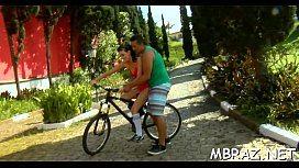 Brasileiro ensinando sobrinha a andar de bicicleta e fodendo
