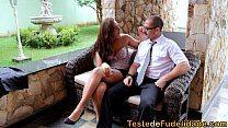 Corretor casado ganhando presente da inquilina gostosa