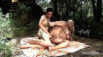 Mãe transando ao ar livre com o moleque super dotado