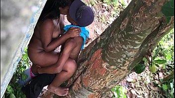 Baiano dotado comendo namorada bucetuda na árvore