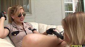 Gostosas fantasiadas de policiais dando as pererecas rosinhas