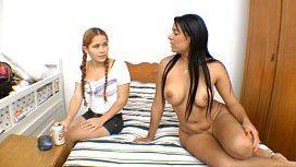 Morena castigando sua sobrinha loira novinha na putaria