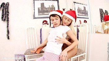 Novinhas se presenteando com uma boafoda lésbica