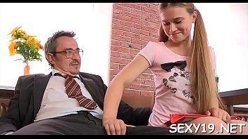 Professor faz aluna novinha te chupar todo para passar de ano