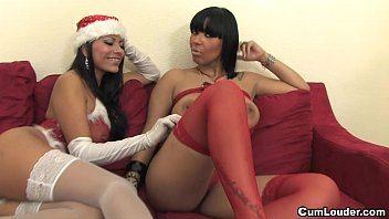 Santa e amiga mulata dividindo pauzão na suruba perfeita