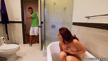 Flagrou a madrasta na banheira pelada e deu pica