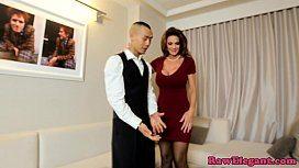 Gostosa seduz o serviçal no hotel e dá uma