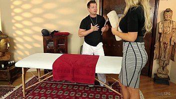 Sarado profissional massageando corpo guloso da loira com rola