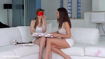 Stella Cox gozando com amiga no filme lesbico