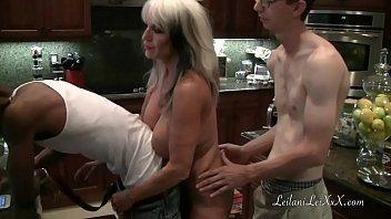 Duas velhas safadonas com porno grupal na cozinha