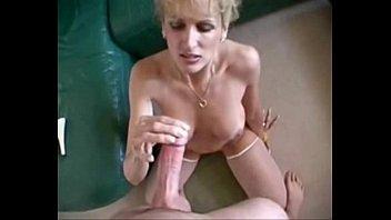 Vídeo erótico com a coroa chupando brinquedo e se consolando