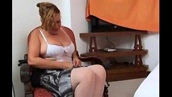 Velha safada em vídeo de putaria quente se mostrando
