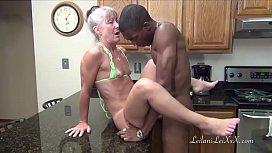 Velha de fio dental limpando chão e fodendo na cozinha