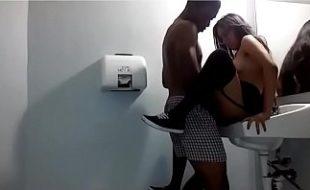 Japa novinha dando pro negao no banheiro publico