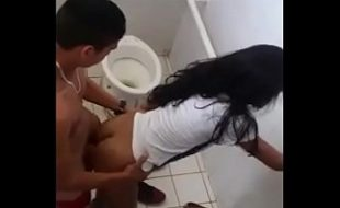 Flagrando a novinha fudendo no banheiro