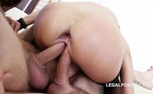 Duas rolas na buceta apertada