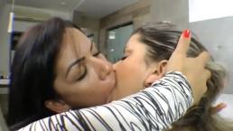 Beijo lésbico intenso entre duas gostosas